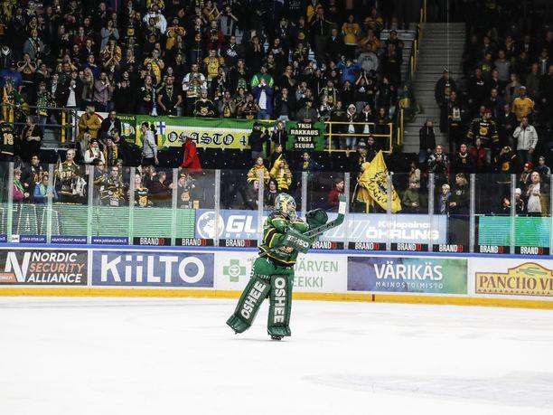 Ilveksen maalivahti Riku Helenius kävi kiittämässä faneja IFK-voiton jälkeen.