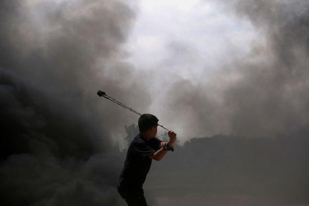 Palestiinalaispoika käytti mielenosoituksissa linkoa.