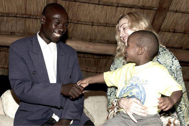 David Banda tapasi reissulla biologisen isänsä Yohane Bandan.