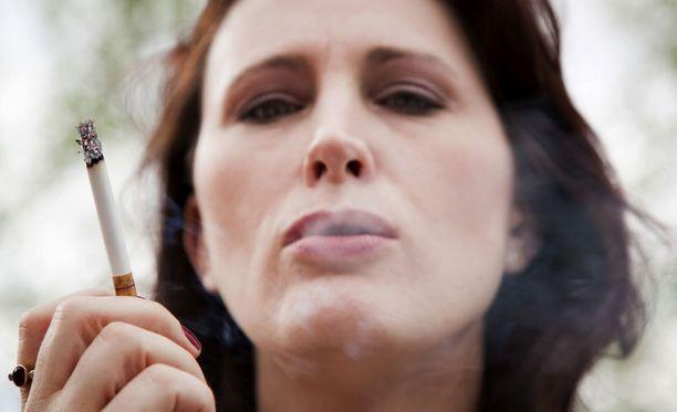 Alle 15 tupakkaa päivässä polttaneilla lopettaminen ei johtanut lihomiseen.