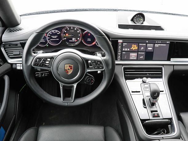Mittaristo ja hallintalaitteet on sijoiteltu kuljettajan kannalta oikeisiin kulmiin ja helposti saavutettaviksi.