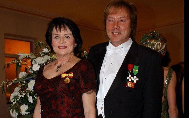 Liisa Lipsanen ja Danny olivat pitkään naimisissa. Kuva Linnan juhlista vuodelta 2002.