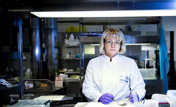 Suomen sukellus- ja ylipainelääketieteellisen yhdistyksen puheenjohtaja Anne Räisänen-Sokolowski kertoo, että kun paniikkitilanne sukeltaessa lähtee kehittymään, se pitää saada pysäytettyä sekunneissa.