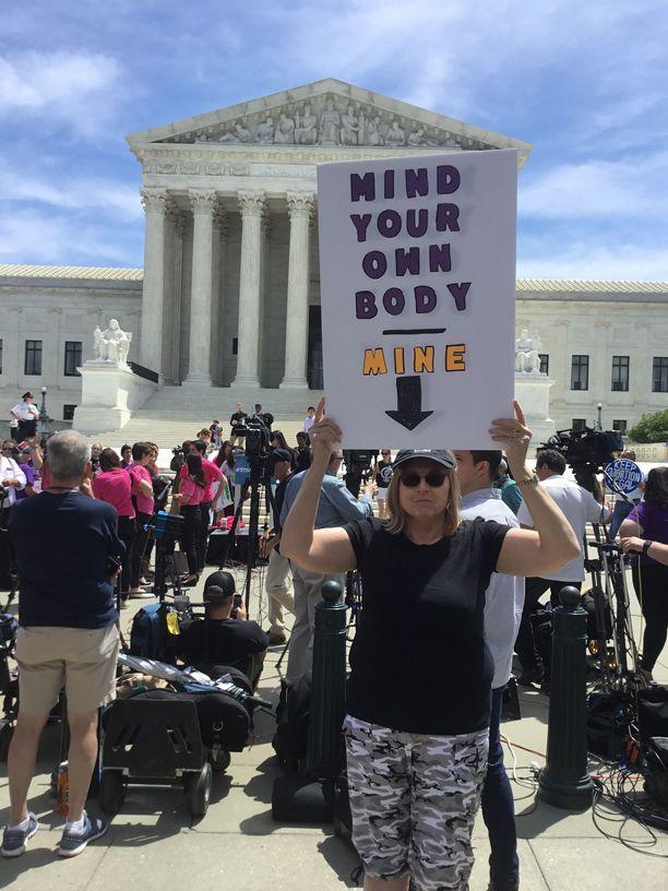 Marianne Burke pelkää, että aborttioikeutta nakerretaan pala kerrallaan.