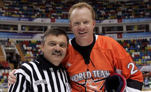 Jim Johannson (oik.) on kuollut. Tässä hän poseeraa IIHF:n puheenjohtajan Rene Faselin kanssa.