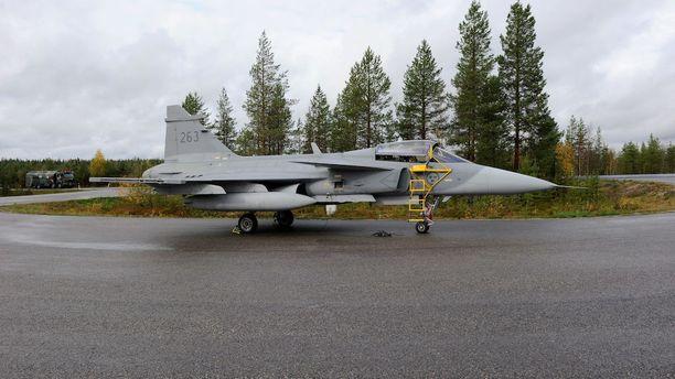 Ruotsin ilmavoimien Saab Gripen vieraili toissa syksynä harjoittelemassa suomalaisessa maantietukikohdassa. Tällaisten varalaskupaikkojen lähistöllä tehdyt maakaupat joutuisivat ennakkosyyniin, jos työryhmän idea toteutuu.