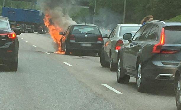Auto syttyi palamaan Kehä ykkösellä. Sadan metrin päässä oli toinen onnettomuus.