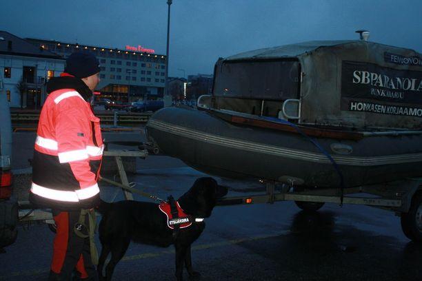 Jenni Kukkonen, Bonita-koira ja Savukosken vene satama-altaan reunalla.