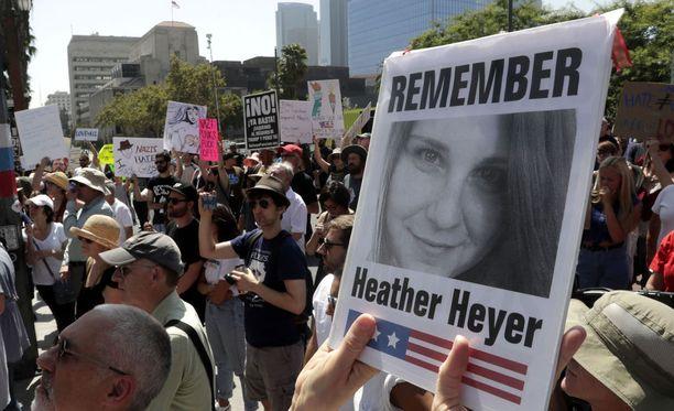 Tapaus on kuohuttanut Yhdysvaltoja. Kuva sunnuntailta Los Angelesista tukimielenilmauksesta.