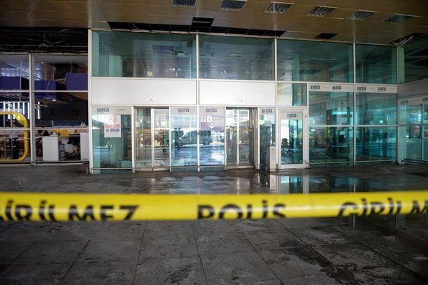 Yksi terroristeista räjäytti itsenä terminaalin ulkopuolella.