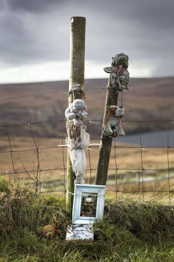 Keith Bennettille, 12, on tehty muistopaikka Saddleworth Mooriin. Hänen ruumistaan ei koskaan löytynyt.