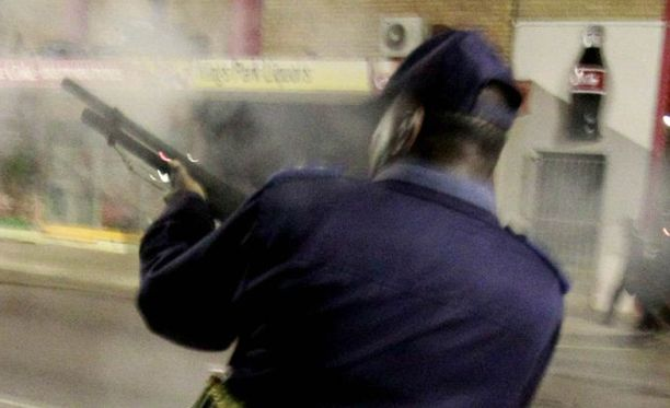 Poliisi ampui kyynelkaasupatruunan mielenosoittajien keskelle.