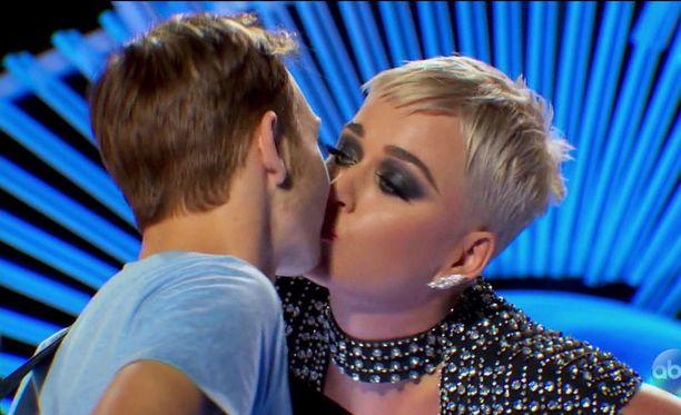 Katy Perryn ja 19-vuotiaan kilpailijan suudelmaa on käytetty laajasti ohjelman markkinoinnissa.