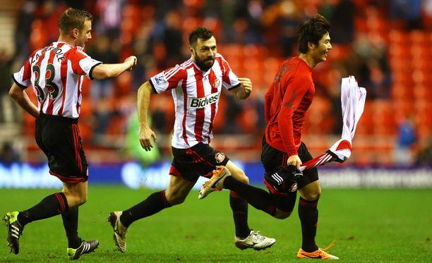 Sunderlandin Ki Sung-Yong (oikealla)juhli voittomaalia tiistain pelissä.
