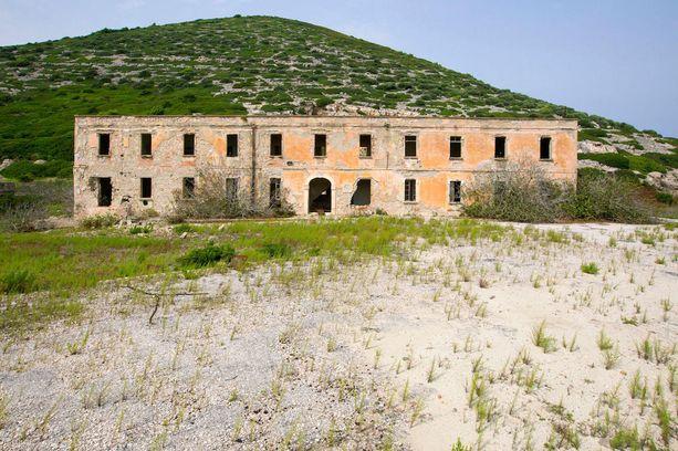 Saaren sotilasrakennukset ovat olleet kauan tyhjillään.