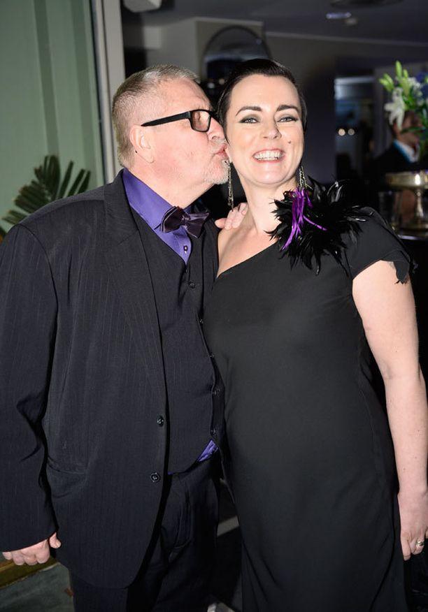 Kari Väänänen totesi, että vain konjakki puuttui juhlista, ja moiskautti suudelman vaimonsa poskelle.