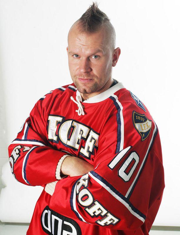 Kovia otteita kaihtamaton Karalahti suosi kauden 2005-06 alussa irokeesikampausta. Samalla kaudella miehen rintaan neulottiin ensimmäistä kertaa C-kirjain.