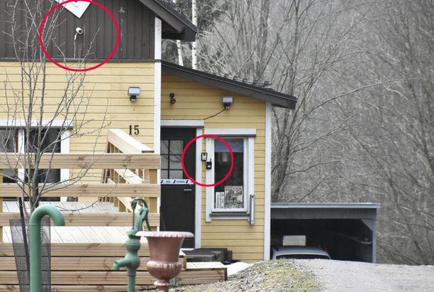 Anderssonien kotitalo oli vahvasti vartioitu. Etuovessa näkyi kevättalvella poliisin eristysnauha henkirikostutkinnan vuoksi. Huumerikosjuttu ei liity Raimo Anderssonin epäiltyyn tappoon.