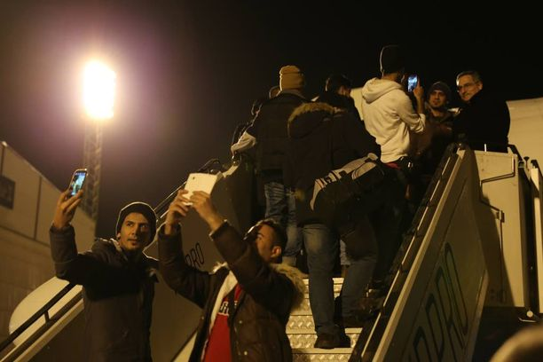 Irakilaiset turvapaikanhakijat ottivat viimeiset selfiet Suomen kamaralla.