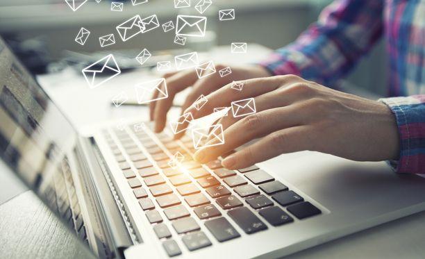 Sähköpostiosoitteet ja -salasanat pääsevät vuotamaan tietomurtojen yhteydessä.