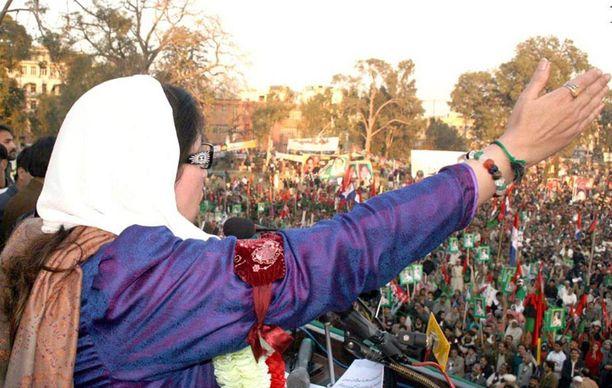 Benazir Bhutto puhui vaalitilaisuudessa murhailtanaan joulukuun 27. vuonna 2007.