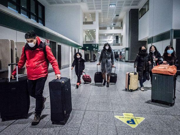Hengityssuojaimet ovat tällä hetkellä yleinen näky maailman lentokentillä.