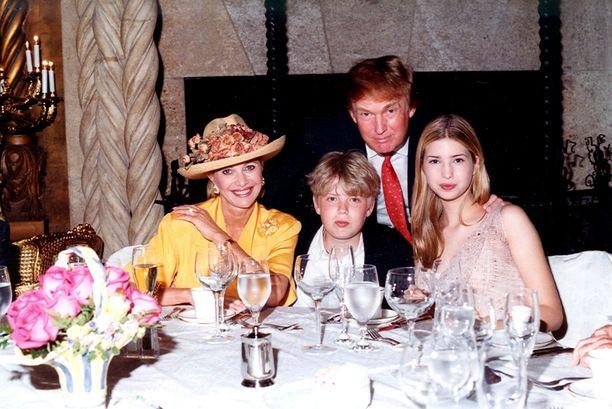 Trumpin perhe Mar-a-Lagossa Floridan Palm Beachilla vuonna 1998: Ivana Trump, Eric Trump, Donald Trump ja Ivanka Trump.