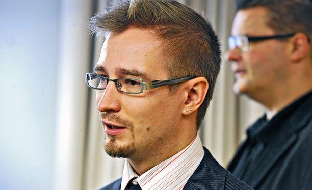 Oras Tynkkynen arvioi, että poissaolijat vaikuttivat äänestykseen radikaalisti.