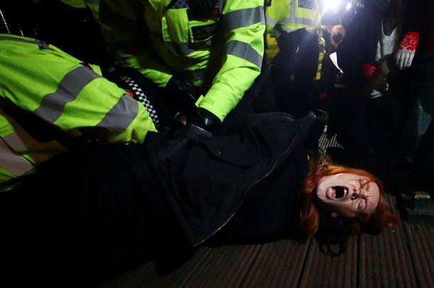 Poliisi pidätti naisen muistotilaisuuden yhteydessä Clapham Commonin puistossa Lontoossa.