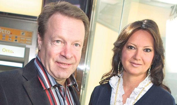 MALLIPARI. Ilkka Kanerva ja Elina Kiikko esiintyivät sunnuntaina samassa muotinäytöksessä. – Ilkalla on paljon tilaisuuksia, joten Turun päivä menee niiden merkeissä, Elina tiivisti illan kulkua.
