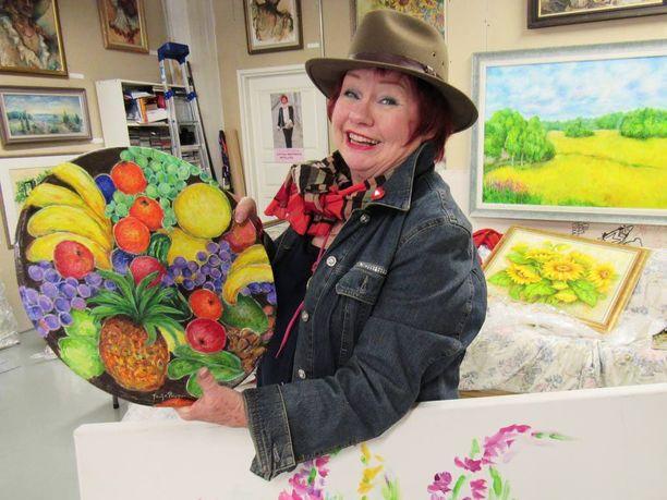 Koloristi Tuija Piepponen maalaa mielellään kukkia, maisemia vahvoilla väreillä. Henkilöhahmot tulevat pääasiassa teatterista ja erityisesti muskettisoturit miellyttävät maalaria.