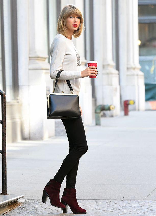 Pillifarkut, söpö neule ja nilkkurit ovat yksinkertaisen tyttömäisen tyylin perusta. Taylor Swift yhdisti asuun vielä klassisen käsilaukun.