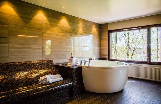 Parihuoneessa on myös poreallas ja lämmitettävä kaakelisohva.