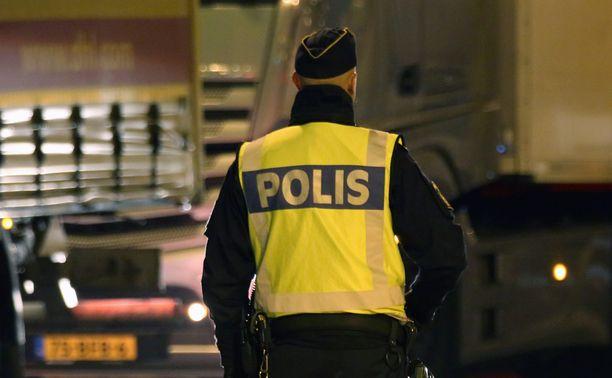 Joukkotappelu aiheutti ison poliisioperaation Tukholman Östermalmilla lauantaina illalla. Kuvituskuva.