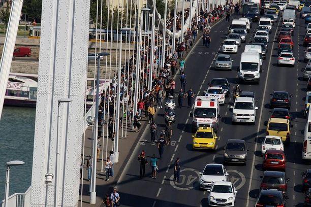 Sadat pakolaiset lähtivät perjantaina yhdessä kävelemään Budapestista kohti Itävaltaa.