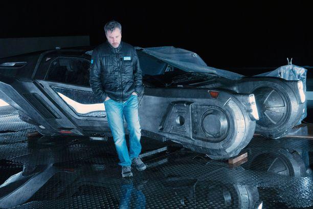 Blade Runner -ohjaaja Denis Villeneuve ja elokuvan futuristinen lentävä Peugeot.