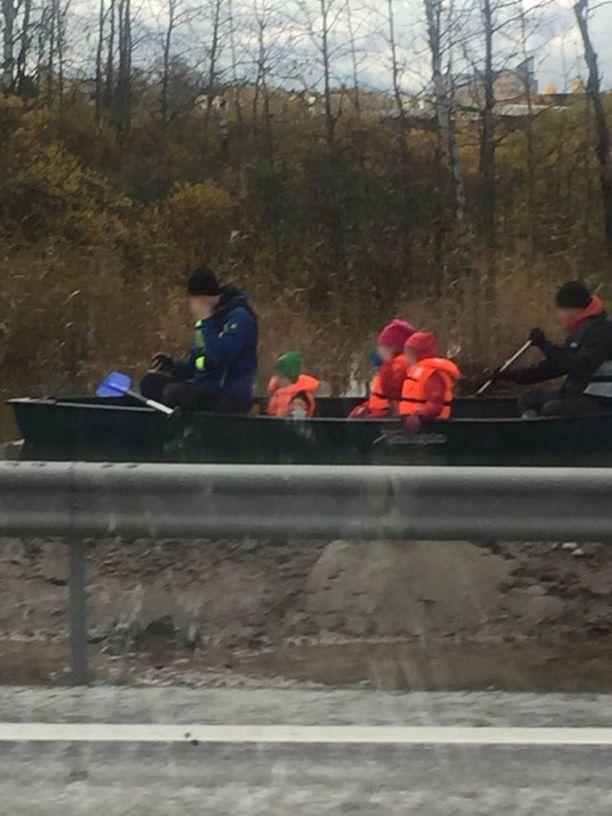 Veneessä oli kaksi aikuista ja kolme lasta.