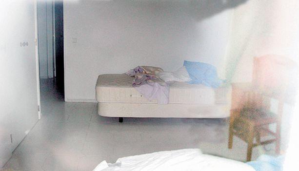 Rikospaikka Kolmesta eri kuvasta koostetussa valokuvassa näkyy McCannien hotellihuone ja sänky, josta Maddy siepattiin.