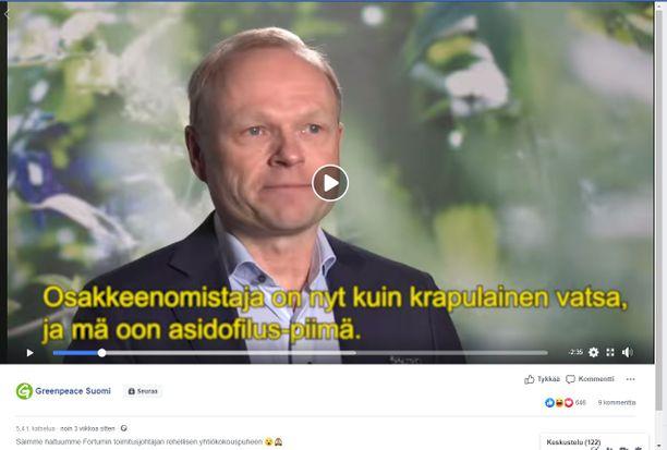 Kuvakaappaus Greenpeacen videosta, jossa parodioidaan Fortumin toimitusjohtajan Pekka Lundmarkin yhtiökokouspuhetta.