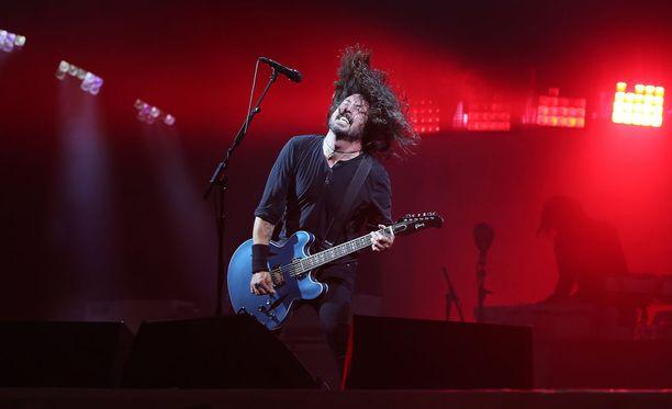 Foo Fighters esitti Astleyn kanssa hänen Never Gonna Give You Up -hittinsä.
