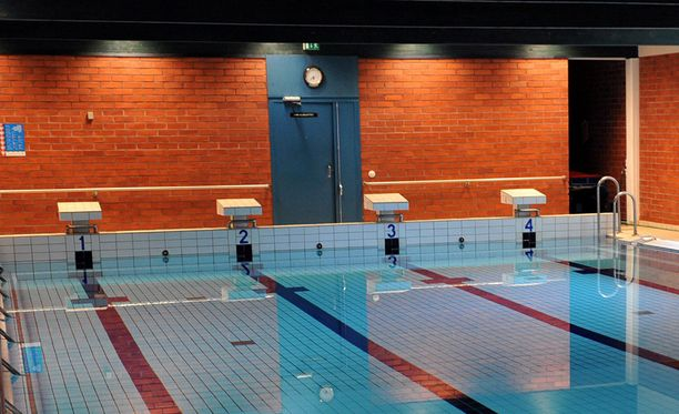 Uimahalli on tyhjennetty henkilöistä, sekä alue on eristetty. Kuvituskuva.