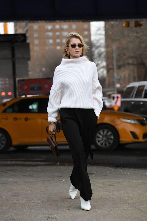 Mustavalkoinen toimii aina, ja näyttää erityisen tehokkaalta minimalistisissa vaatteissa! Caroline Daurin asu toimisi myös toisin päin: mitäpä jos yhdistäisi mustan pooloneuleen valkoisiin farkkuihin ja mustiin nilkkureihin?