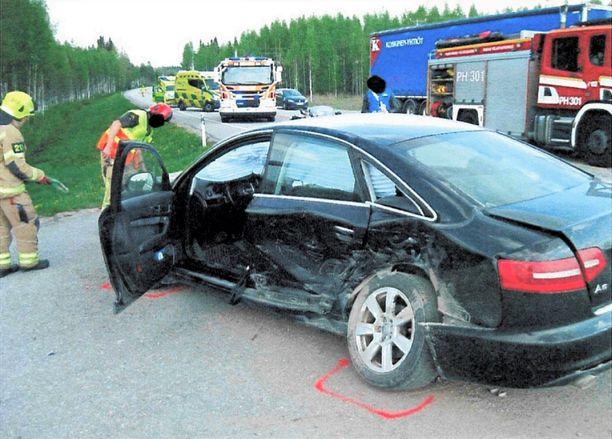 Nuoren naisen auton etukulma osui tuomitun miehen Audin vasempaan kylkeen.
