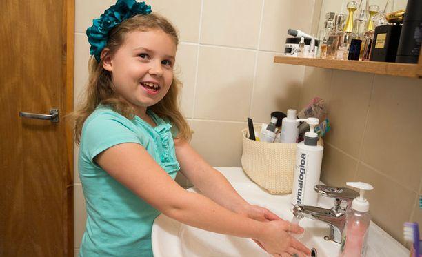 Aidalle, 6, on opetettu käsienpesua jo pienestä pitäen.