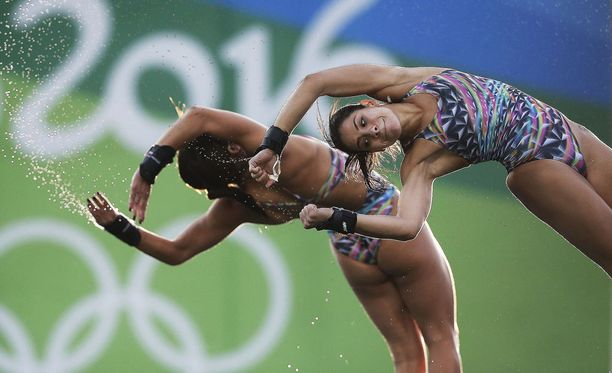 Ingrid Oliveira (oik.) hääti hyppyparinsa Giovanna Pedroson yhteisestä olympiakylän asunnosta ja ryhtyi koko yön kestäneisiin petihommiin meloja-Pedron kanssa Rion olympialaisissa.