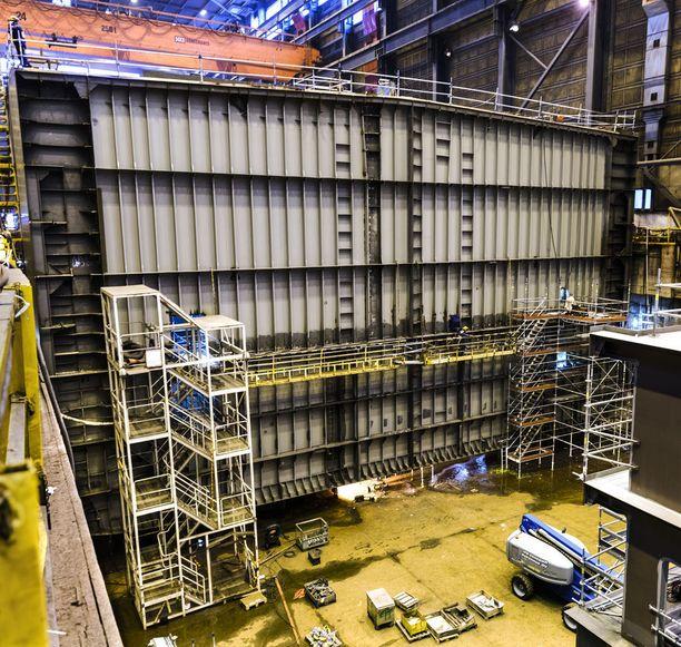 Arctech Helsingin telakan telakka-allas, jossa syksyllä 2017 oli rakenteilla tankkerin peräosa. Tankkerin keskiosa ja keula tulivat Kroatiasta.