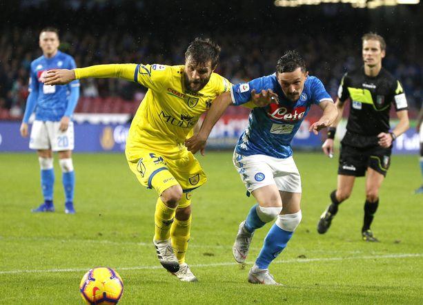 Chievon Perparim Hetemaj taistelee pallosta Napolin Marco Ruin kanssa.