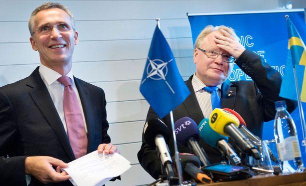 Naton pääsihteeri Jens Stoltenberg ja Ruotsin puolustusministeri Peter Hultqvist tiedotustilaisuudessa Tukholmassa viime marraskuussa.