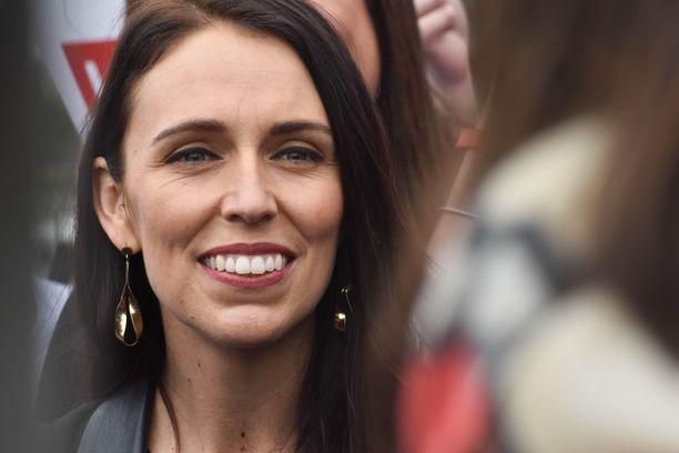 Jacinda Ardern on toiminut Uuden-Seelannin pääministerinä vuodesta 2017 lähtien ja kerännyt kiitosta muun muassa toiminnastaan Christchurchin terrori-iskujen jälkeen ja koronaviruskriisin aikana.