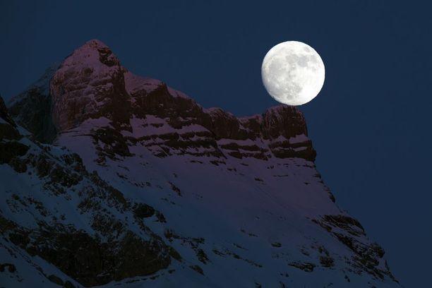 Päivää vaille täysikuu Länsi-Sveitsissä uudenvuodenaattona.